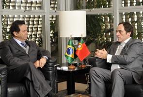 O vice-presidente da Fiesp, João Guilherme Sabino Ometto (à esq.), recebe o ministro dos negócios estrangeiros de Portugal, Paulo Portas