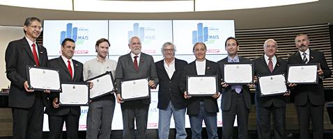 """Da esq. p/a dir.: Prefeitos Aparecido Sério (Araçatuba); Marcelo Barbieri (Araraquara); Fábio Manzano (representante de Catanduva); Oswaldo Barba (São Carlos); Paulo Francini, diretor do Depecon/Fiesp; Nelson Nicolau (S. João da Boa Vista); Chico Brito (Embu das Artes); Roberto Ramalho Tavares (Itapetininga) e Evilásio Farias (Taboão da Serra) receberam os certificados de participação no prêmio """"Municípios que Fazem Render Mais"""""""