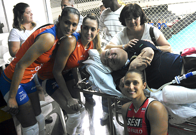 Paulo Henrique Machado com com as atletas de vôlei Jaque, Thaisa e Dani Lins. Foto: Lucas Dantas/Fiesp