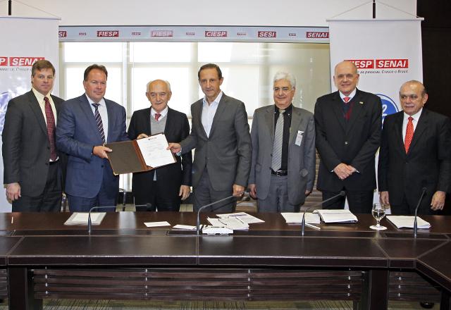 Skaf (ao centro), Dias (à esquerda) e Vicioni (à direita), entre outras autoridades presentes na assinatura do convênio. Foto: Ayrton Vignola/Fiesp