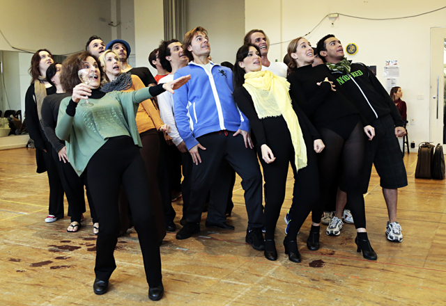 Atores durante ensaio do musical: detalhes de voz, interpretação e luz, entre outros itens. Foto: Ayrton Vignola/Fiesp