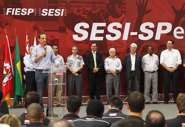 Skaf durante a homenagem ao ex-jogador Paraná: talento reconhecido e quadra para alunos do Sesi-SP. Foto: Ayrton Vignola/Fiesp