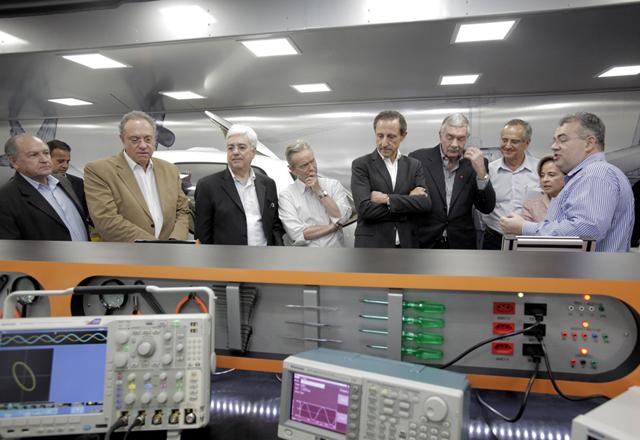 Skaf e convidados na cerimônia de inauguração da unidade móvel de aviônicos. Foto: Julia Moraes/Fiesp