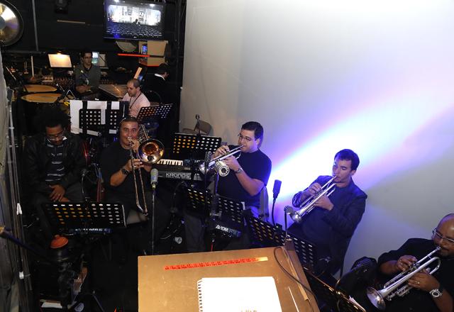 """Os músicos de """"A Madrinha Embriagada"""": no palco, como parte do cenário. Foto: Julia Moraes/Fiesp"""