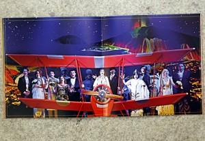 Detalhe interno do catálogo do musical: muitas fotos. Foto: Julia Moraes/Fiesp