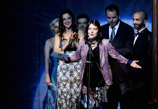 """A diretora de """"Lampião e Lancelote"""", Débora Dubois recebe o prêmio de Melhor Musical. Foto: Naira Messa"""