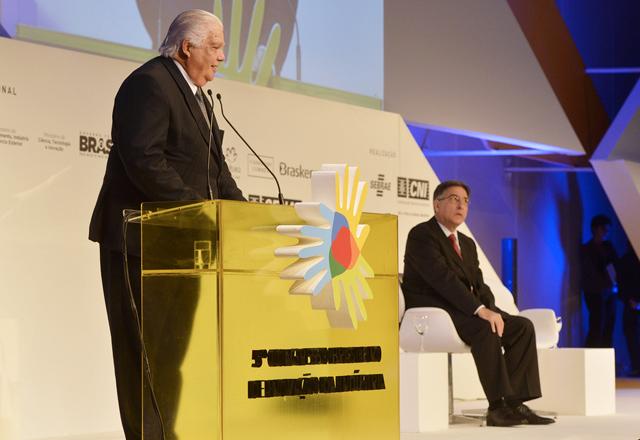 Raupp em sua apresentação no congresso, ao lado do ministro Fernando Pimentel: mais competitividade. Foto: Divulgação