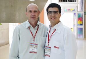 Márcio, à esquerda, e Carlos Henrique: bom material didático para trabalhar. Foto: Ayrton Vignola/Fiesp