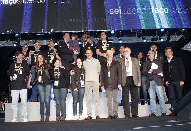 Skaf (ao centro) e Vicioni, à direita: inovação reconhecida e premiada na rede Senai-SP. Foto: Everton Amaro/Fiesp