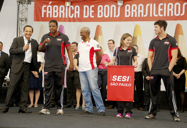 Paulo Skaf com atletas da equipe de luta olímpica. Foto: Everton Amaro/Fiesp