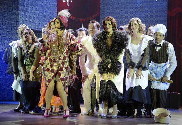 Vestidos soltos e muitos enfeites de cabelo para marcar os anos 1920 no musical em cartaz no Teatro do Sesi-SP. Foto: Helcio Nagamine/Fiesp