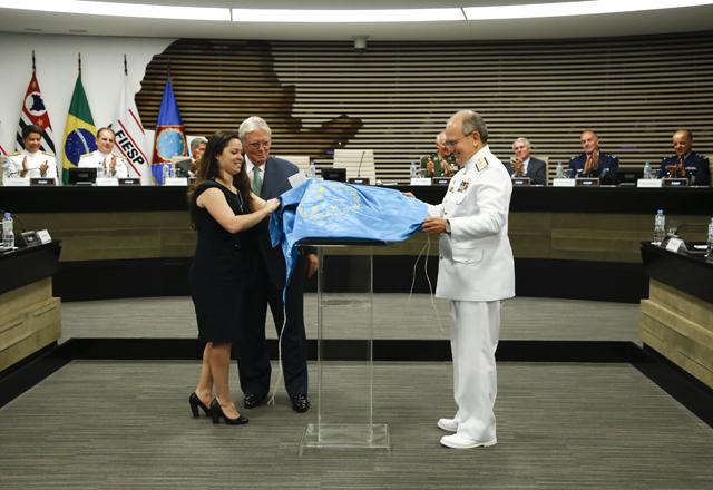 A aluna Juliana Motta inaugurou a placa da turma de 2013, ao lado de Cândido e de Ferreira. Foto: Beto Moussalli/Fiesp