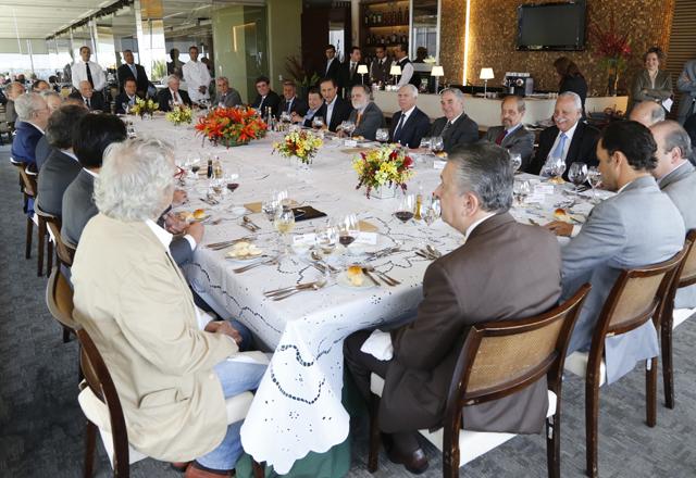 Paulo Skaf (ao centro, no lado direito da mesa), em almoço nesta segunda-feira (11/11). Foto: Ayrton Vignola/Fiesp