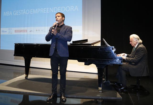 Jean William e o maestro João Carlos Martins ao piano: música para os formandos do MBA. Foto: Tâmna Waqued/Fiesp