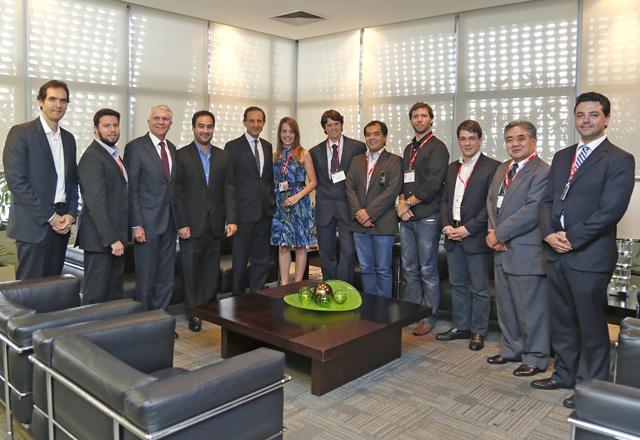 Skaf (ao centro) em encontro com os vencedores do Acelera Starup e investidores. Foto: Tâmna Waqued/Fiesp