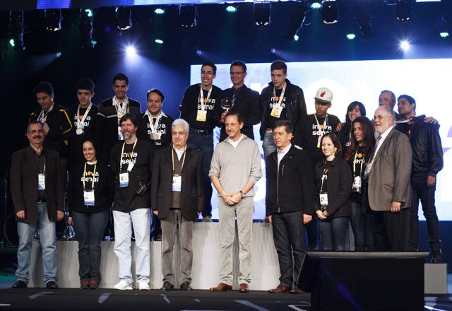 A equipe campeã da categoria Processos durante premiação no Inova Senai 2013, no Anhembi, com Paulo Skaf e Walter Vicioni. Foto: Arquivo Pessoal