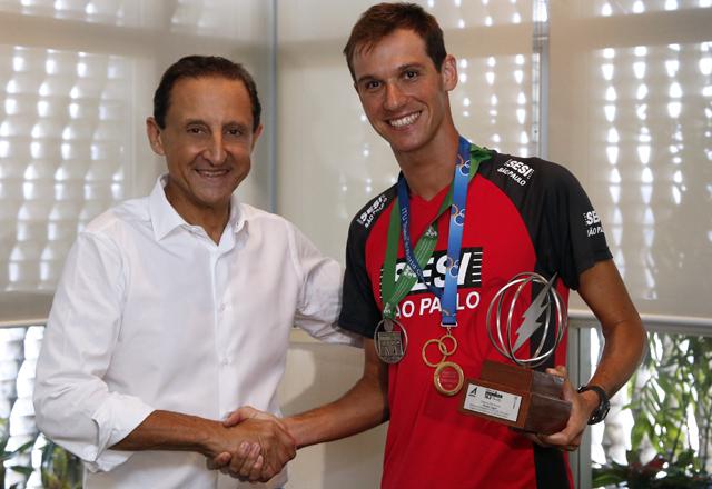 Skaf e Colucci: reconhecimento do talento do atleta do Sesi-SP. Foto: Ayrton Vignola/Fiesp