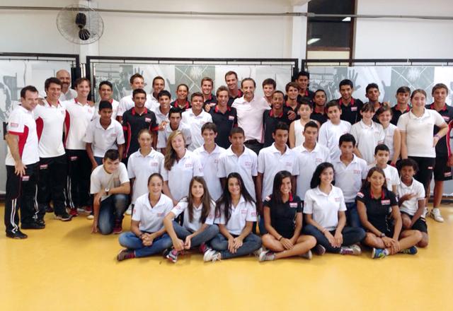 Skaf e os atletas do triatlo durante visita a São Carlos: ótimas perspectivas. Foto: Junior Ruiz/Fiesp