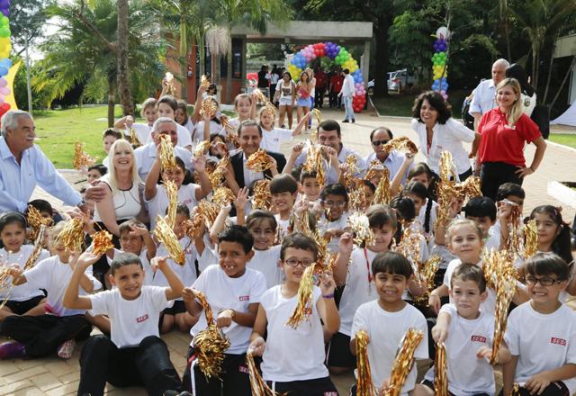 """Skaf com os alunos do Sesi-SP em Tatuí: """"oportunidade diferenciada"""" para crianças e jovens. Foto: Ayrton Vignola/Fiesp"""