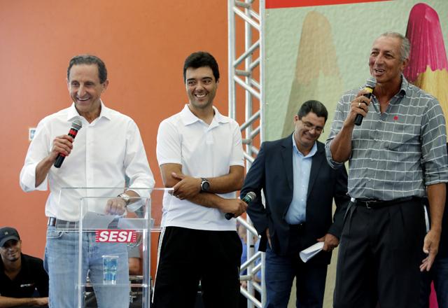 Skaf, à esquerda, e Kallango, patrono da quadra poliesportiva do CAT, ao microfone: dia de boas notícias em Mogi Guaçu. Foto: Ayrton Vignola/Fiesp