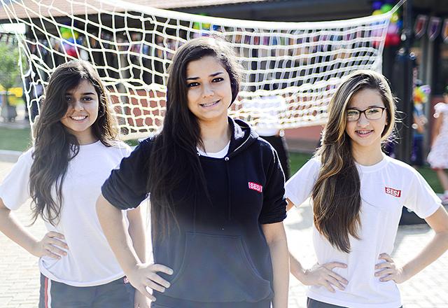 Da esquerda para a direita: Tainara, Ketlin e Isabella aprovam as atividades oferecidas pelo Sesi-SP em Tatuí. Foto: Everton Amaro/Fiesp
