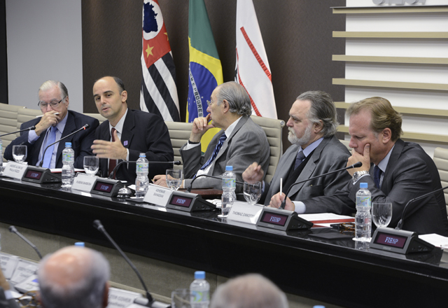 "Rizzo, ao microfone: ""Estamos tentando separar comércio de diplomacia"". Foto: Helcio Nagamine/Fiesp"