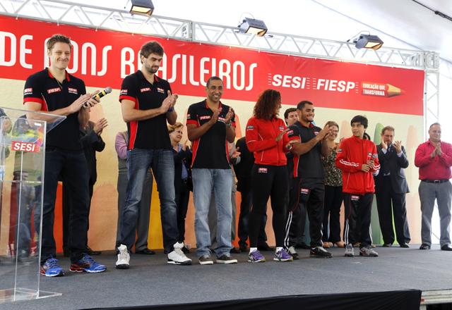 A partir da esquerda, Murilo, Lucão e Serginho e atletas do Sesi-SP: compromisso com a educação. Foto: Tâmna Waqued/Fiesp
