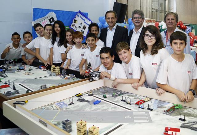 Skaf com os alunos do Sesi-SP em Rio Claro: estrutura organizada em nome da educação. Foto: Ayrton Vignola/Fiesp