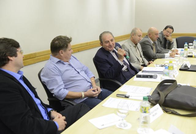 Haddad (ao microfone) na reunião do Comtextil: foco na busca de soluções. Foto: Helcio Nagamine/Fiesp