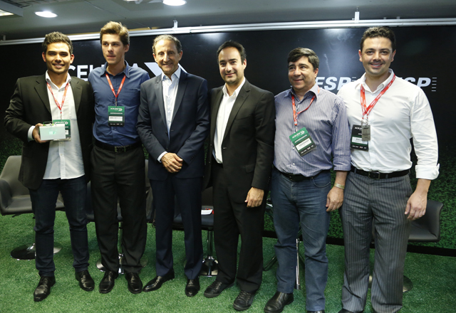 Skaf e os vencedores do Acelera: apoio ao empreendedorismo. Foto: Tâmna Waqued/Fiesp