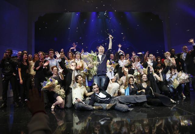 Falabella, ao centro, com o elenco e a equipe técnica de 'A Madrinha Embriagada': noite de emoção. Foto: Everton Amaro/Fiesp