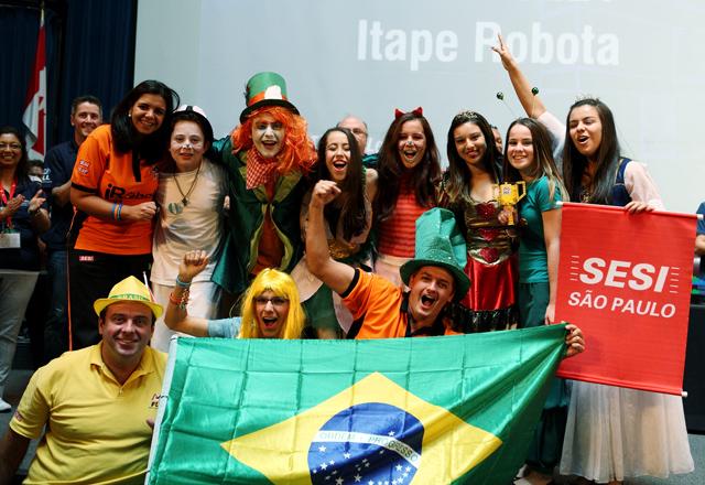 Os alunos do Sesi-SP de Itapetininga comemoram as conquistas de Toronto. Foto: Divulgação