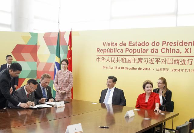 Zanotto (à esquerda na mesa) assina o memorando na presença dos presidentes Xi Jinping e Dilma Rousseff, ao centro. Foto: Arquivo Fiesp