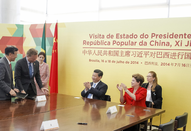 Zanotto (à esquerda na mesa) assina o memorando na presença dos presidentes Xi Jinping e Dilma Rousseff, ao centro. Foto: Roberto Stuckert Filho/PR