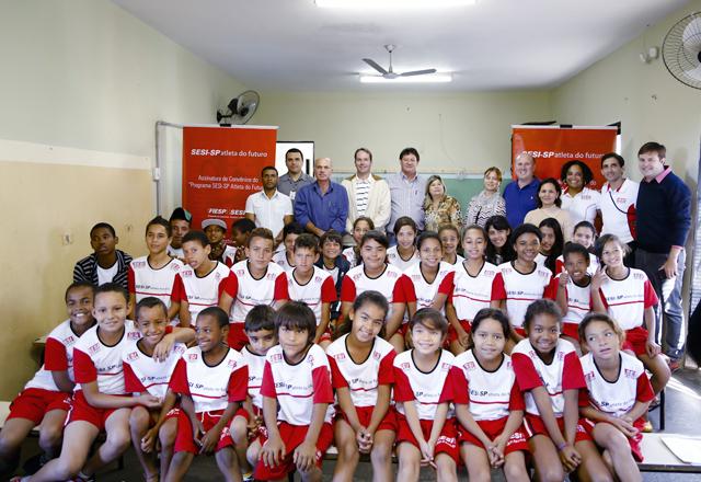 A cerimônia de assinatura do PAF em Guaimbé: oportunidade para 120 crianças e jovens. Foto: Tâmna Waqued/Fiesp