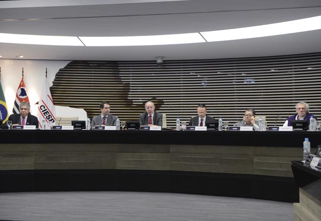 Barbosa, ao centro, com os debatedores do seminário da Sobeet: mais comércio exterior. Foto: Helcio Nagamine/Fiesp