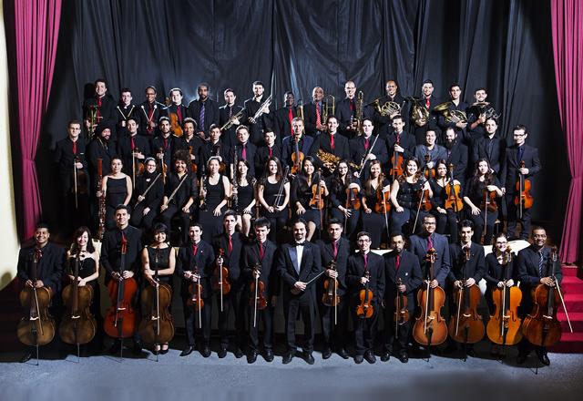O maestro Martins e os integrantes da Orquestra Filarmônica Senai-SP: com aulas de instrumento, música de câmara e teoria musical. Foto: Everton Amaro/Fiesp