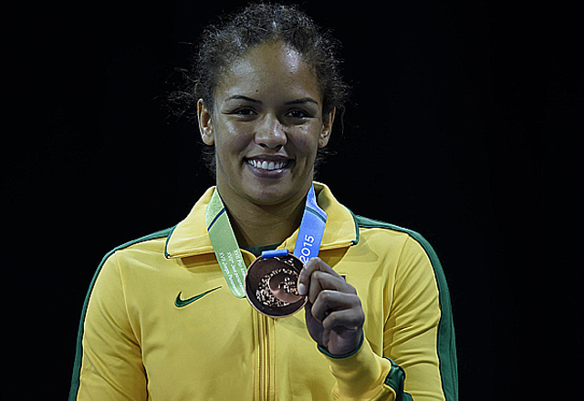 Aline Silva com sua medalha de bronze do Pan. Foto: Washington Novaes/COB