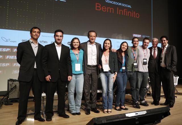 Criadores do aplicativo Bem Infinito, de doações, após receber prêmio na categoria cadeia social do 4o Hackathon. Foto: Ayrton Vignola/Fiesp