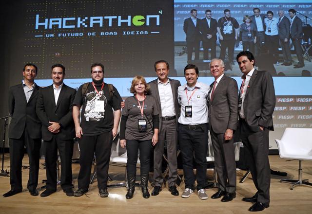 Criadores do aplicativo ConnectBiker recebem prêmio pela categoria consumidor final. Foto: Ayrton Vignola/Fiesp
