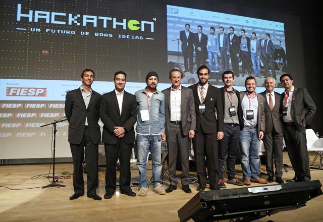 Criadores do aplicativo IOTility e Paulo Skaf (centro) na premiação do 4o Hackathon. Foto: Ayrton Vignola/Fiesp