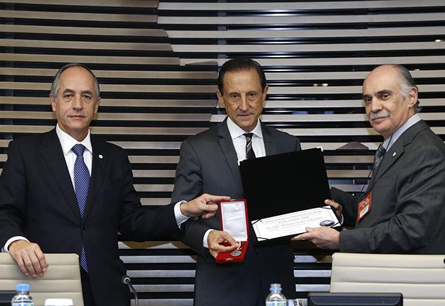 """Paulo Skaf recebe das mãos do presidente do TRE-SP (dir.) a homenagem """"Ministro Mário Guimarães"""". Foto: Helcio Nagamine/Fiesp"""