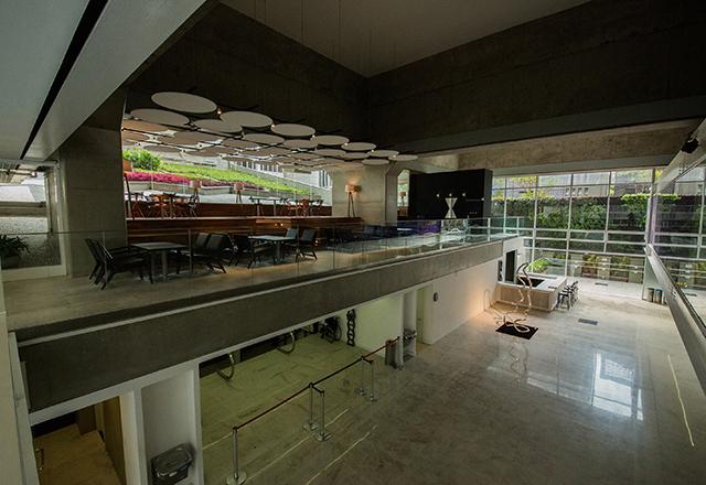 Vista da cafeteria, do jardim e da entrada do teatro do Novo Centro Cultural Fiesp. Foto: Everton Amaro/Fiesp