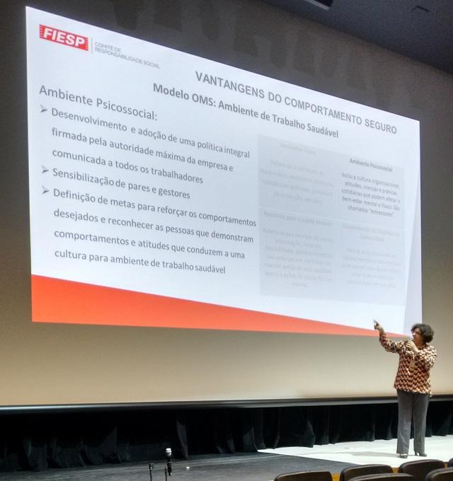 Grácia Fragalá durante apresentação na na Semana Interna de Prevenção de Acidentes de Trabalho. Foto: Divulgação/Fiesp
