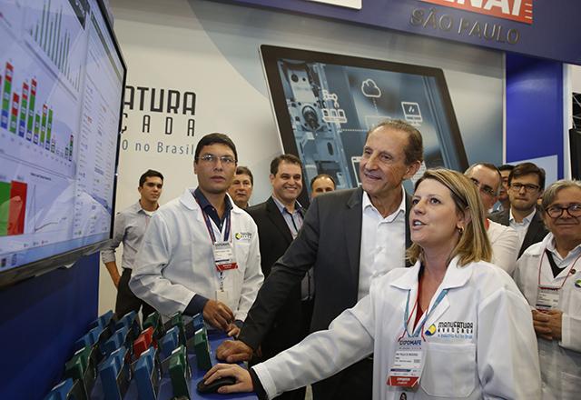 Paulo Skaf na planta de Indústria 4.0 montada pelo Senai-SP em seu estande na Expomafe. Foto: Ayrton Vignola/Fiesp