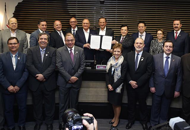 Skaf e Alckmin junto com os representantes das demais entidades que assinaram na Fiesp manifesto pelo RenovaBio. Foto:Ayrton Vignola/Fiesp