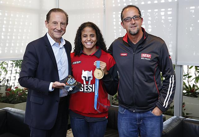 Skaf recebe campeã mundial Etiene Medeiros e o técnico Fernando Vanzella. Foto: Ayrton Vignola/Fiesp