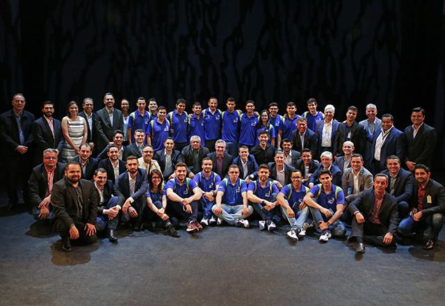 Paulo Skaf com os campeões do Senai-SP que integram a equipe brasileira da WorldSkills Abu Dhabi. Foto: Ayrton Vignola/Fiesp