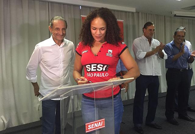 Paulo Skaf com a lutadora do Sesi-SP Aline Silva em Santos. Foto: Ayrton Vignola/Fiesp