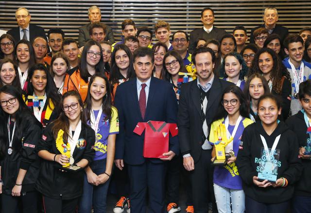 Roriz com estudantes do Sesi-SP campeões de torneios de robótica. Foto: Ayrton Vignola/FIesp